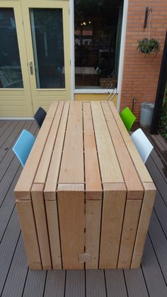 love the way the wood is layered/stacked in this modern table Eigen gemaakte tuintafel van douglashout 2