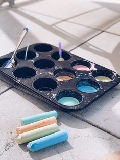 stoepkrijt verf maken Sensory Play, Diy For Kids, Tea Lights, Give It To Me, Candles, Birthday, Creative, Warm, Birthdays