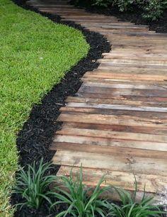 allée en bois clair et pelouse verte, revetement sol exterieur pas cher en bois