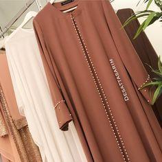 Image may contain: 1 person Muslim Dress, Hijab Dress, Hijab Outfit, Abaya Fashion, Muslim Fashion, Fashion Outfits, Mode Abaya, Mode Hijab, Estilo Abaya