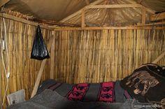 Dentro de una de las auténticas chozas de caña de los uros personas en el Lago Titicaca Perú