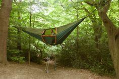 Les tentes Tentsile utilisent le principe du hamac avec la forme d'une pyramide renversée. Elles se servent de la force de tension pour offrir plus de confort et de polyvalence tout en protégeant de la faune environnante, des risques d'inondation et du froid du sol. La tente peut accueillir 3 à 4 personnes mais un autre modèle est proposé pour 6 à 8 personnes.