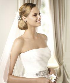 Pronovias presents the Dornela wedding dress. Glamour 2013. | Pronovias