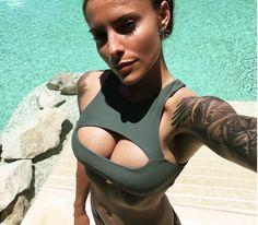 Herzlichen Glückwunsch, Sophia Thomalla hat große Brüste. Wie groß, zeigt sie uns mit einem knappen Cut-Out-Bikini auf Instagram.