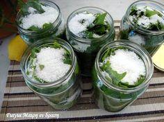 Αμπελόφυλλο κονσέρβα Η καλύτερη εποχή να αποθηκεύσουμε σε βαζάκια τα αμπελόφυλλα μας. Φυσικά υπάρχει και η κατάψυξη. Υλικά Για κάθε 60 φύλλα 1 βάζο καλά πλυμένο 1 κσ αλάτι χοντρό 2 κσ χυμό λεμονιού νερό Εκτέλεση Καθαρίζουμε τα φύλλα από τα κοτσανάκια Τα πλένουμε πολύ καλά …