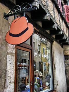 Rotulo de tienda de sombreros, el rotulo es un sombrero antiguo.  Alejandro Estevez
