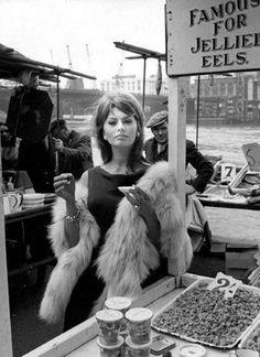 Sophia Loren enjoying her eels on the Banks of the Thames. 1960. #London