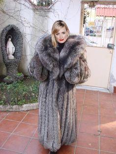Beth Behrs in silver fox fur by FurHugo on DeviantArt Fabulous Fox, Mens Fur, Fox Fur Coat, Fur Fashion, Fur Collars, Coats For Women, How To Wear, Beth Behrs, Fashion Guide