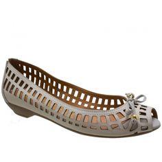 Sapato Peep Toe  Debora Almeida Couro Marfim. Laço marfim com enfeite dourado. Forro e palmilha bege, debrum da palmilha e biqueira marfim. ...