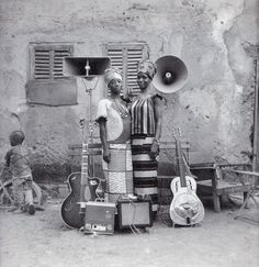 AFRICANS YOU SHOULD KNOW: Seydou Keita  Spécialiste du portrait, il utilisait un appareil photo grand format. Commençant la photographie en 1949, il installe dans sa cour un studio. De 1962 à 1977, il est photographe à la Sûreté nationale.  Il a exposé grâce à Françoise Hughier aux Rencontres internationales de la photographie d'Arles en 1994, à la Fondation Cartier à Paris en 1994 et au musée Solomon R. Guggenheim à New York en 1996.  Un prix « Seydou Keïta » est attribué lors des Renco