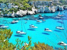 9. Até parece um quadro, mas é a mais pura verdade! Trata-se de uma marina na região da Minorca, na Espanha, onde a água é tão cristalina que torna possível ver a sombra das embarcações no fundo do mar