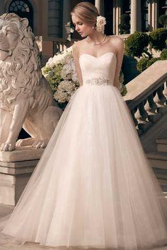 Ein traumhaftes Hochzeitskleid für Prinzessin-Bräute. by Casablanca Bridal