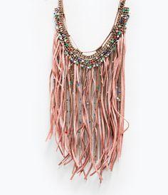 Imagen 2 de COLLAR FLECOS CADENAS Y PLUMAS de Zara