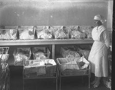 Hoitaja ja vastasyntyneitä vauvoja sängyissään Heidekenin synnytyssairaalassa joulukuussa 1934. TS/arkisto.
