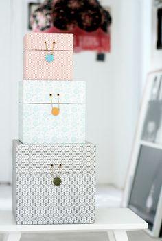boxes beutiful!!!!!!! Olha só o acabamento desta caixas dois ilhois que são presas por cordão e botão.