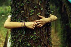 Ame a terra. Reserve um tempo para comungar com a natureza e mostrar o amor e o respeito que você tem por ela. Abrace as árvores, junte o lixo e as folhas secas,então caminhe com lentidão, plenamente consciente do mundo natural. Ouça o vento, as árvores e as criaturas. Dê o que é necessário: o seu coração.