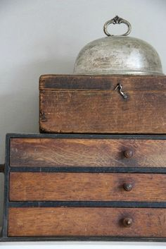 Antiques / Vintage wooden drawers & wooden box / furniture with soul Fresh Farmhouse, Farmhouse Design, Cottage Farmhouse, Farmhouse Chic, Old Boxes, Antique Boxes, Old Wood, How To Antique Wood, Photo Deco