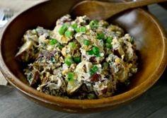 Холодный салат из печеного картофеля с беконом, сыром и зеленым лучком вкуснее всего с заправкой из сметаны и майонеза. Простое сытное