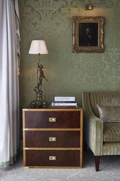 """Einst in den Kabinen der Titanic, heute an der Wand der Royal Suite des """"Goring""""-Hotels in London: Seide von Gainsborough Silk"""