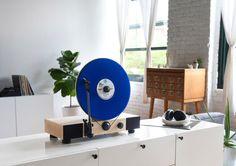 À la recherche d'une platine originale pour jouer votre collection de vinyles ? Le lecteur de disque vinyle de Gramovox défie la gravité.