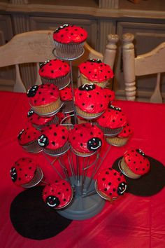 ladybug frosting cupcakes