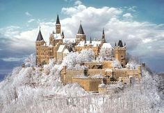 今日の #ドイツ写真24枚 はテュービンゲンの近くにあるホーエンツォレルン城だよ!海抜855mの円錐形の山にあって霧に囲まれる時はとてもラピュタエスク。この写真は雪の中だけど、それもまた綺麗。 pic.twitter.com/7Euxp42jmt