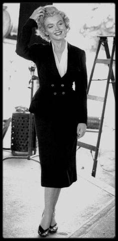 """1952 / (Photos Jock CARROLL) Marilyn en tailleur noir lors du tournage du film """"Niagara"""". / Un critique de l'époque l'affirmait : """"Ce film authentifie deux chefs-d'œuvre de la nature : le Niagara et Marilyn."""" Il reste pourtant l'un des films les moins connus de l'actrice – qui s'impose là définitivement comme sex-symbol –, bien qu'il soit l'un des plus représentatifs de la palette de son talent. Un film étrangement vénéneux, littéralement transcendé par sa mise en scène, que l'on doit au…"""
