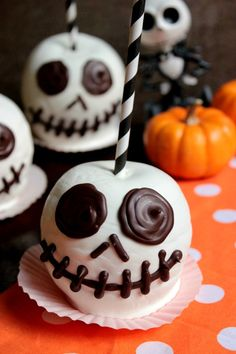 The Pumpkin King is ready for Halloween with these Jack Skellington Chocolate Apples! They'll be the star of any Halloween Party you have this year! Halloween Snacks, Halloween Candy Apples, Bonbon Halloween, Postres Halloween, Dessert Halloween, Halloween Chocolate, Fete Halloween, Costume Halloween, Halloween 2018