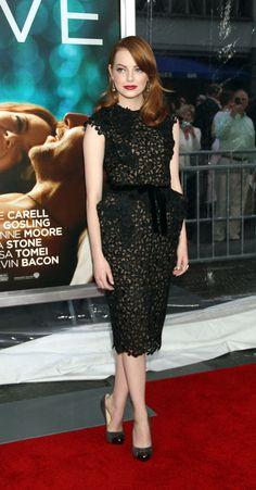 Emma Stone vestido con lazo de tom ford  caderas grandes cabello rojo peinado para el costado