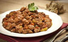 Kuru soğan, domates, yeşil biber ve baharatların lezzet verdiği hafif sulu bir et sote hayali kuranlar doğru pişirme teknikleri ile bu mümkün.