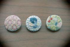 * * * 冬ハンドメイド * * *オリジナルの消しゴムはんこを下絵に刺繍をしたくるみボタン。すみれ、ブーケ、ヨーヨーキルトモチーフの3個セットです。ぼつぼ...|ハンドメイド、手作り、手仕事品の通販・販売・購入ならCreema。