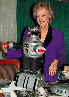 Actress June Lockhart from the 'Lost in Space' tv series attend the second annual New York Comic And Fantasy Creators Convention June 23 2000 at. Space Tv Series, Space Tv Shows, Star Trek, June Lockhart, Blade Runner, Tv Series To Watch, Space Toys, Sci Fi Tv, Bros
