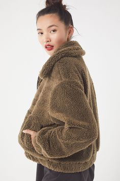 489d5171dd1fc Slide View  4  UO Cropped Teddy Jacket Teddy Bear Jacket