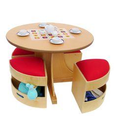mesa e cadeiras com arrumação