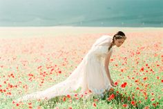 Wildflower field bridal session | Warmphoto | see more on: http://burnettsboards.com/2016/01/legend-fairy-sybil/