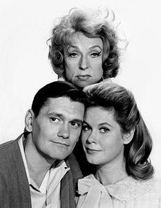 Darrin (Dick York), Samantha (Elizabeth Montgomery)  e Endora (Agnes Moorehead) inBewitched, 1964-1972