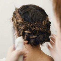 Tenue et coiffure mariée boheme coiffure mariée chignon bas tresse couronne adorable