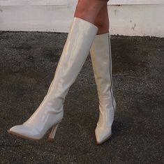 Waiting for spring so we can rock these white boots! Sock Shoes, Cute Shoes, Me Too Shoes, Trendy Shoes, Daphne Blake, Vogue, Ballet Shoes, Dance Shoes, Diy Vetement