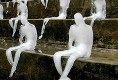 John MacDougall / AFP | 1000 sculptures de glace, réalisées par l'artiste brésilien Nele Azevedo pour le WWF, placées sur les marches du Grand Théâtre de Berlin pour sensibiliser le public sur le réchauffement climatique - 09/2009