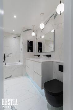 Salle de bain marbre blanc et toilettes noires - photographe professionnel architecture Paris salle de bain