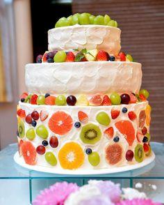実は入場した時にケーキが既に登場してて 入場中ずっと気になってたこだわりのケーキ。 こだわってへたくそな絵まで描いたケーキ(笑) 理想通りで大満足!! てっぺんのマスカットはイチゴと迷ったのですが 会場やケーキの雰囲気とあうようにマスカットに! 装花もなしです。 今思えば少しグリーンだけでも入れたらよかったかな〜 . #結婚 #結婚式 #結婚式準備 #プレ花嫁 #marry花嫁 #diy花嫁 #aikoジャンキー花嫁 #福井花嫁 #秋婚 #秋嫁 #仏滅婚 #ちーむ1106 #神前式 #和婚 #和婚をもっと盛り上げたい #aiko婚 #yukari婚 #和装 #色打ち掛け #ウェディングドレス #カラードレス #ウェディングニュース #farnyレポ #ハナコレ #ハナコレストーリー #ウェディングケーキ #フルーツ