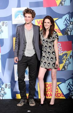 Actors Robert Pattinson and Kristen Stewart pose in the press room at the 2008 MTV Video Music Awards at Paramount Pictures Studios on September 7, 2008 in Los Angeles, California.