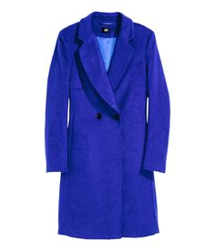 Short, fitted, double-breasted coat in soft fabric with wool content. Contrasting buttons, side pockets, and back vent. Lined. Ol Fashion, Street Fashion, Langer Mantel, Blue Coats, Double Breasted Coat, Business Outfits, Contemporary Fashion, Autumn Winter Fashion, Winter Style
