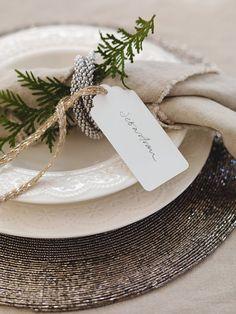 BORDDEKKINGSTIPS Festbord til jul i beige, hvitt og sort