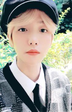 Baekhyun ☺️ discovered by ʙᴀᴇᴋ on We Heart It Kaisoo, Chanbaek, Baekhyun Fanart, Baekhyun Chanyeol, Fall Family Pictures, Family Pics, Exo Korean, Xiuchen, Family Humor