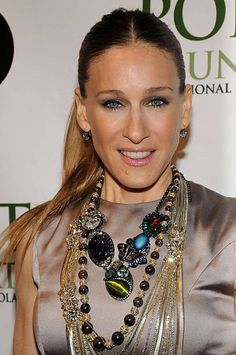 Jewelry Trends - Sarah Jessica Parker Wearing Layers of Necklaces – April 2008 - accessories organizer Sarah Jessica Parker, Carrie Bradshaw, Colar Fashion, Fashion Necklace, Fashion Jewelry, Fashion Skirts, Celebrity Jewelry, Celebrity Pics, Celebrity Beauty