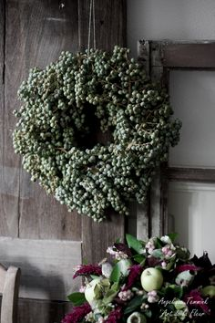 ' Art de la Fleur ' Floral , flowers , Angelique Temmink Waalboer , Dadels , Dadelkrans , Old Window , Bloemschikken , Workshop. Grespot , Amaranthus , Hydrangea , Appeltjes. www.artdelafleur7.nl