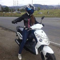 modelo Sindy Alejandra  y su moto akt dynamic con su casco shaft samurai nueva colección 2015