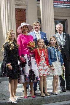 Koning Willem-Alexander, koningin Máxima, prinsessen Amalia, Ariane en Alexia poseren met de burgemeester van Zwolle