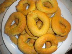 Το πορτοκάλι μεσουρανεί αυτή την εποχή. Τι καλύτερο από το να φτιάξουμε νηστίσιμα , αρωματικά κουλουράκια με γεύση και άρωμα πορτοκαλιού; Κουλουράκια για να κεράσουμε με τον καφέ ή να τα πάρουμε μα… Pastry Cake, Onion Rings, Ethnic Recipes, Food, Patisserie Cake, Eten, Meals, Onion Strings, Diet